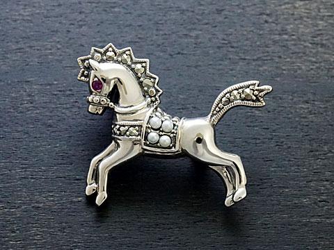 【Rokuzan/碌山】【馬/ウマ/ホース】 Silver925/ルビー/シードパール/マルカジット アンティークデザイン/ブローチ