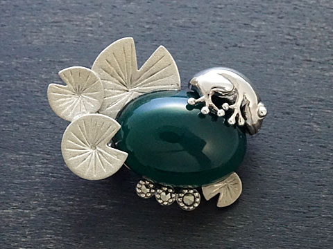 【Rokuzan/碌山】【蛙と蓮】 Silver925/グリーンアゲート(17x13mm)/マルカジット アンティークデザイン/ブローチ