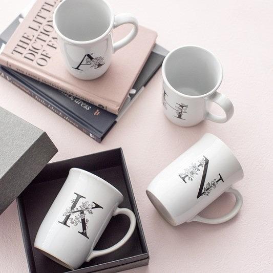 ヴィクトリアデザインはギフト用の食器やテーブルウェア 雑貨の専門店です コップ カップ マグカップ 希少 イニシャルマグ 食器 コーヒーカップ white アルファベット BOX付き 新生活 日本産
