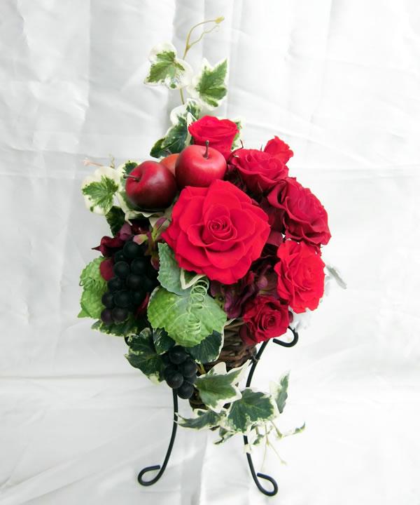 咲き誇る濃淡の紅いバラに赤い実/プリザーブドフラワー[PW]