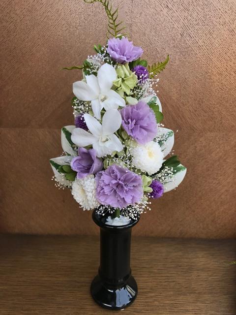 プリザーブドフラワーとは 美しく枯れない生花 花職人さんの手組 仏花 純白のデンファレとエゾギクに淡藤色の小花 プリザーブドフラワー 一部予約 PW 中古 祈り
