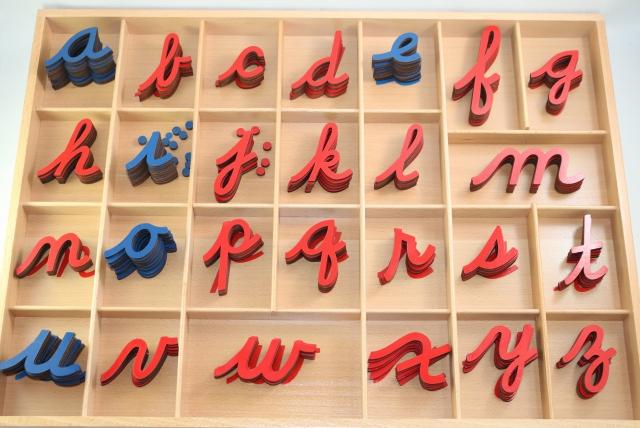 モンテッソーリ 切り抜きアルファベット 筆記体、ブルー&レッド ♪小、箱入り♪ Montessori Cursive Movable Alphabet 知育玩具