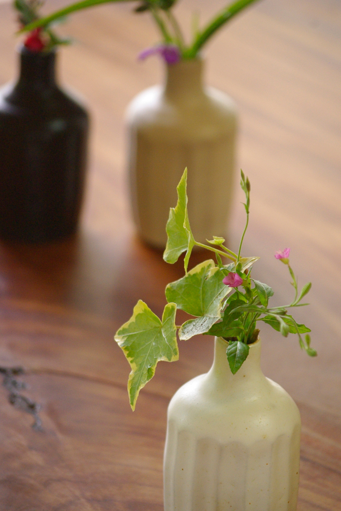 I get and place one of them of (鎬), and a vase (vase) Masuko ware pottery is direct. It is the small vase which flowers (flower) of a field sending a vase of the ceramics match well (I point to one of them). It is a flower bass featuring taste of the fee