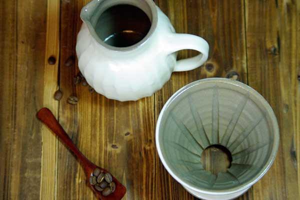 益子焼窯元直送粉引き,并且具有5張安排報紙鎬(勝過)コーヒードリッパーピッチャー的過濾器,并且被在陶器對客氣的白包,香味和一下子就掉下來的咖啡的時間忍受不住,并且喜歡,,并且日式食品器的魅力充足