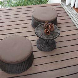 【ガーデンファニチャーセット】庭座(にわざ) エンザサイドテーブル・クッション付き チェアー3点セット(イス・テーブル) ダークブラウン色お庭 の デッキ上で 室内空間を演出。高品質な タカショー ガーデンテーブルセット|ガーデン テーブル【送料無料】