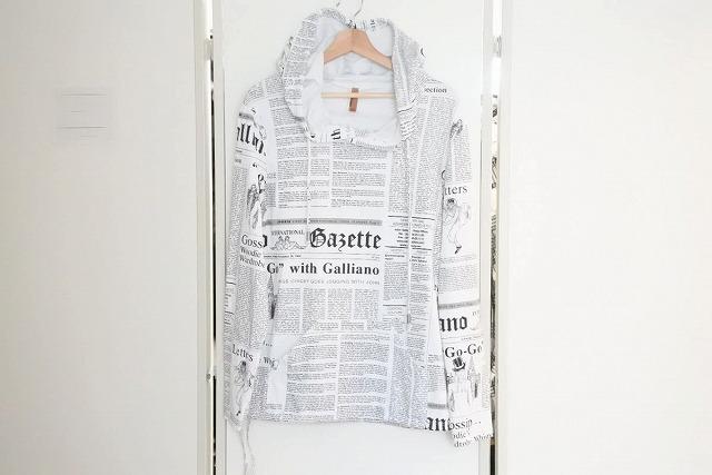 ◆[USED/中古]◆送料無料◆【美品】JOHN GALLIANO ジョンガリアーノ 名作 ニュースペーパー パーカー フーディ メンズ 50 美品 16989【中古】