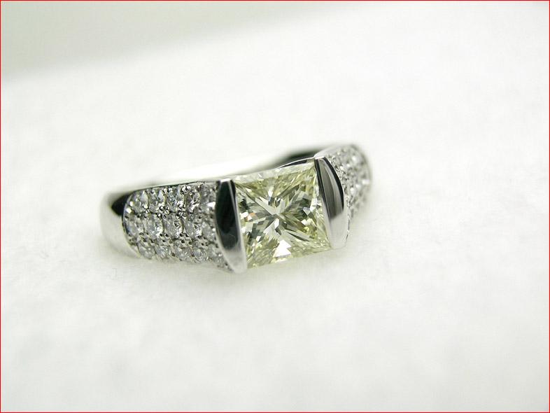すっきりデザインのプラチナダイヤモンドリング 1.060CT VLY SI1 プリンセスカット 10P05feb10