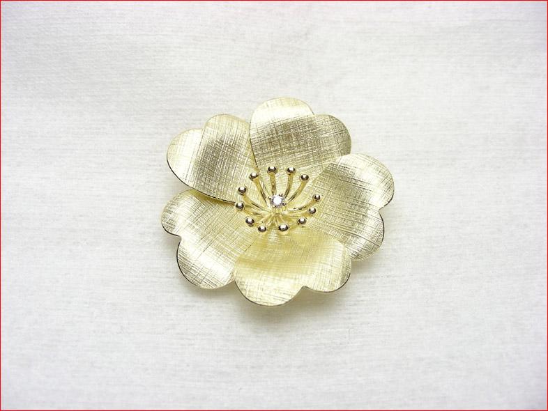 イエローゴールド ダイヤモンド 繊細な作りのフラワーブローチ