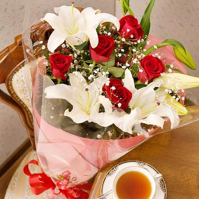 甘くて上品なイメージで仕上げた花束をあの人へ 誕生日 プレゼント 女性 スイートラブ 赤バラ 楽ギフ_メッセ 結婚祝い あす楽_土曜営業 誕生日プレゼント 感謝価格 楽ギフ_メッセ入力 webflora カサブランカ花束