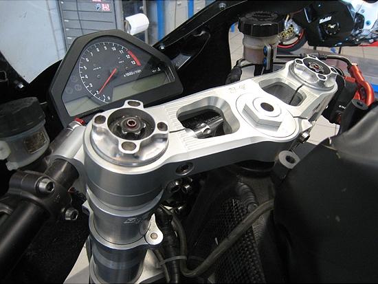 【送料無料】ハンドル周辺パーツ Robby Moto Engineering ロビーモトエンジニアリング RME-010-H0007N-OC  Robby Moto Engineering ロビーモトエンジニアリング トップブリッジ トリプルクランプ オフセット カラー カラー:ブラック CBR1000RR FIRE BLADE [ファイアブレード]