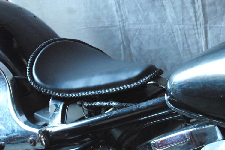部品屋K&W シート本体 専用ソロシートキット リジットタイプ (本革レース編み込みサドルシート) カラー:黒 バルカン400 バルカン800