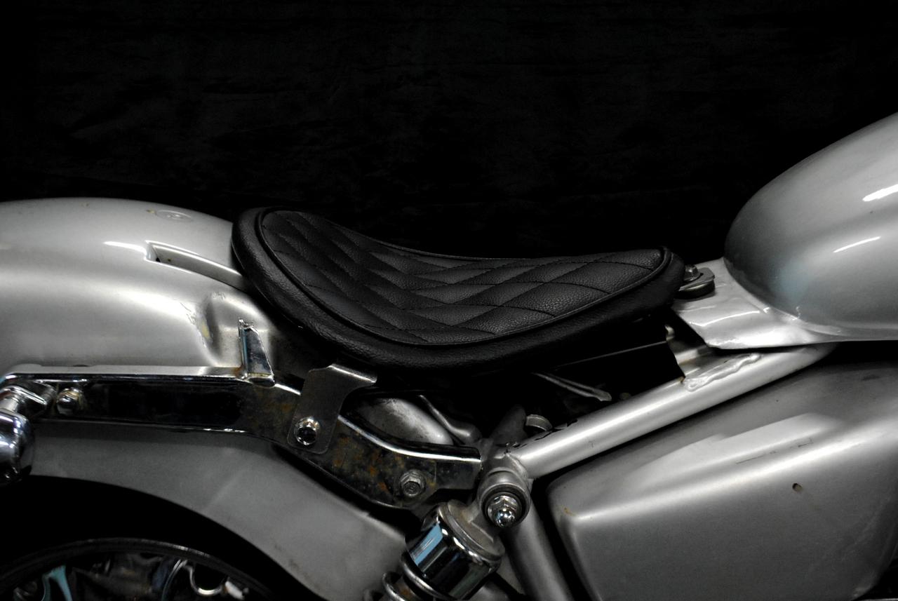 部品屋K&W シート本体 ソロシートキット リジットタイプ(本革レース編み込みサドルシート) カラー:黒 ステッチ:ダイヤ マグナ50