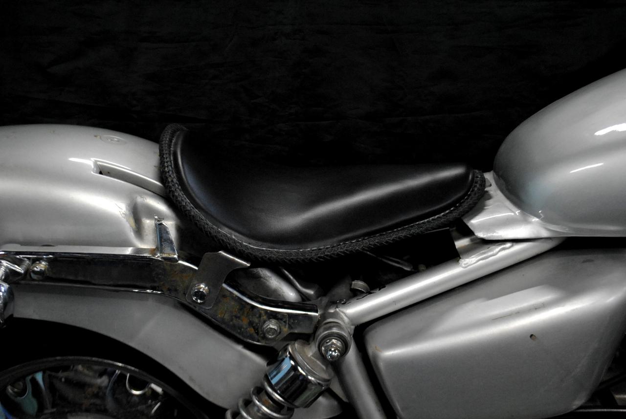 部品屋K&W シート本体 ソロシートキット リジットタイプ(本革レース編み込みサドルシート) カラー:黒 Magna50