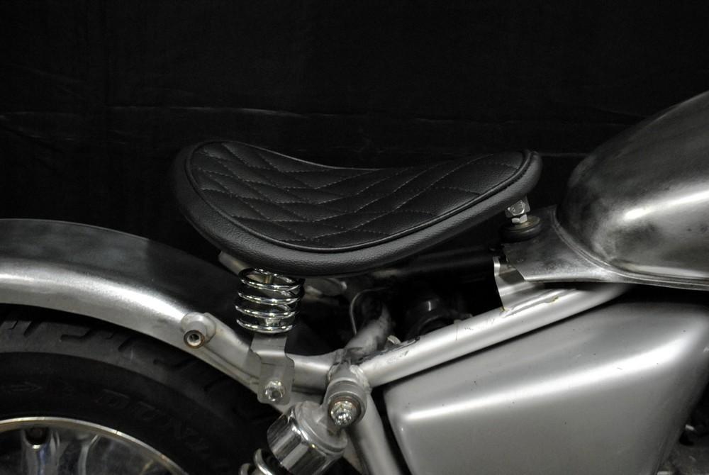 部品屋K&W シート本体 フラットフェンダー対応ソロシートキット スプリングタイプ (ステッチ) カラー:白 ステッチ:ダイヤ マグナ50