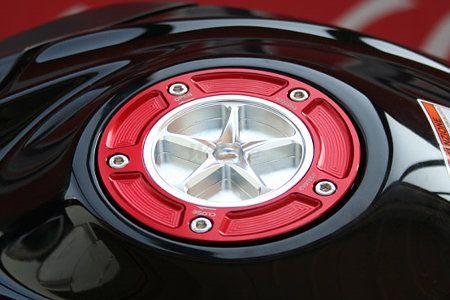 EVOTECH エボテック タンクキャップ SUZUKI 7穴タイプ 外部カラー:レッド 中央部カラー:チタニウム