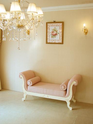輸入家具 オーダー家具 プリンセス家具 薔薇の令嬢ソファ 両肘付き 背もたれなし オードリーリボンの彫刻 ホワイト色 ピンクモアレの張り地