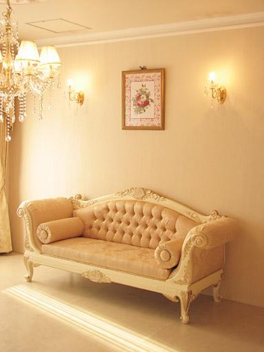 輸入家具 オーダー家具 プリンセス家具 カウチソファ 両肘タイプ 薔薇の彫刻 アンティークホワイト&ゴールド色 リボンとブーケ柄イエローゴールド