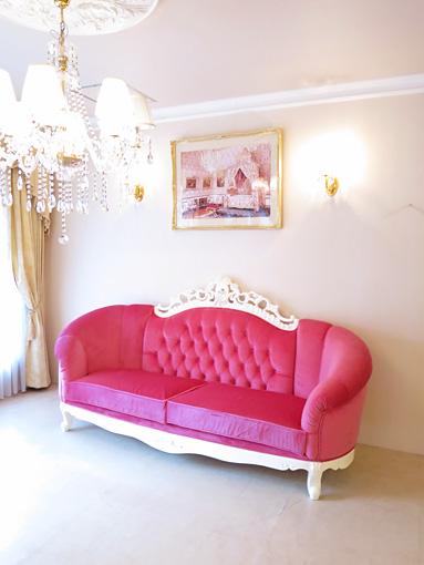 輸入家具 オーダー家具 プリンセス家具 ヴィクトリア3Pソファ マンションタイプ ホワイト色 ショッキングピンクの張地 表上部:イニシャルの彫刻 表下部:オードリーリボンの彫刻 裏下部:リボンと薔薇の彫刻