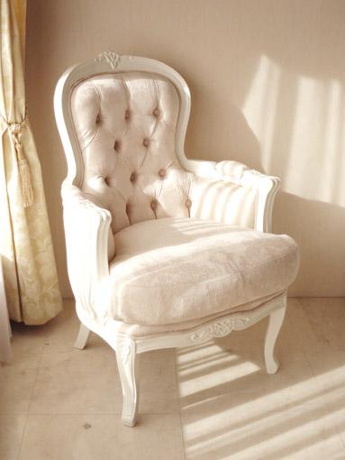 輸入家具 オーダー家具 プリンセス家具 一人掛けソファ お花模様の彫刻 背面ボタン締め仕上げ ホワイト色 リボンとブーケ柄オフホワイト