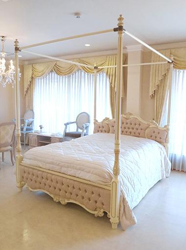 輸入家具 オーダー家具 プリンセス家具 女優ベッド オードリー 天蓋 クィーンサイズ アンティークホワイト&ゴールド色 ピンク花かご柄の張地