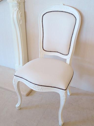 輸入家具 オーダー家具 プリンセス家具 ラ・シェル ダイニングチェア 薔薇の彫刻 ホワイトグロス色 フェイクレザーの張地 鋲打ち仕上げ