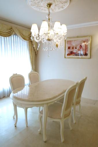 輸入家具 オーダー家具 プリンセス家具 ラ・シェル ダイニングテーブル180 オードリーリボンの彫刻 脚の彫刻なし ホワイト色 クリームベージュ大理石天板