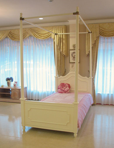 수입 가구 및 주문 가구. 프린세스 가구: 레이디 메이. 캐노피 침대: 싱글 사이즈: 리본 조각품. 화이트 색상