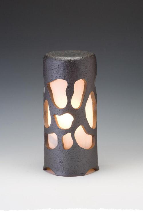 風格を感じる 陶器製ガーデンライト 海外 窯元の職人が手作りした逸品 送料無料 信楽焼ガーデンライト 忍のあかり 人気の定番 ブラック 直径12.5cm×高さ29cm 置き型 和風 ライト おしゃれ 防雨型 日本製 屋外 ベランダ