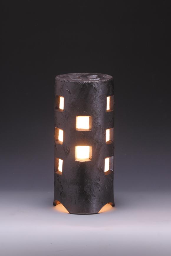風格を感じる 陶器製ガーデンライト 40%OFFの激安セール 窯元の職人が手作りした逸品 送料無料 信楽焼きガーデンライト 街のあかり ブラック 直径12.5cm×高さ29cm 置き型 売却 ベランダ 和風 防雨型 ライト おしゃれ 屋外 日本製