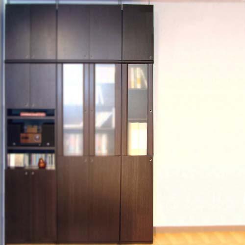 壁面木製収納本棚高さ250~259cm幅30~44cm奥行46cm厚棚板(耐荷重30Kg) 本体棚扉サイズ:全面扉(上部半透明)(高さ=ラック高さ178cm+突張棚高さ65cm+伸縮突張金具)半透明片開き扉壁面木製収納本棚