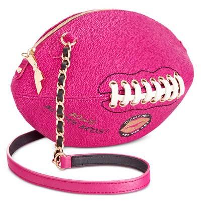 ベッツィージョンソン Betsey Johnson クロスボディ/ポシェットFootball Crossbody (Fuchsia)クロスボディ(フクシャ)フットボール ショルダーバッグ チェーン 斜め掛けバッグ新作 正規品 日本未入荷 アメリカ買付