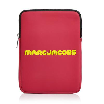 マークジェイコブス iPadケース MARC JACOBS Neoprene Logo Tablet Case (Pink) ネオプレン ロゴ タブレットケース (ピンク) Logo Tablet Case 新作 正規品 アメリカ買付 レディース iPad タブレット スリーブ ケース 小物
