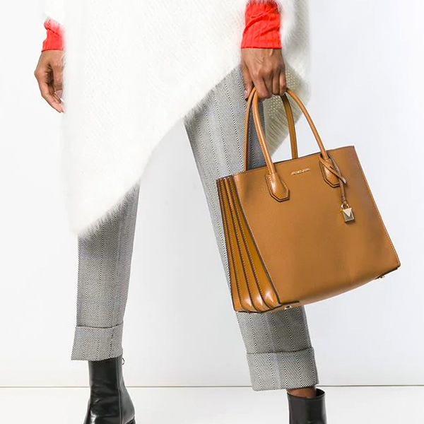 a33150d1983e MERCER (Mercer) Thoth who placed an accordion type gusset in the side. The  shoulder strap is removable. ◇MICHAEL KORS ...