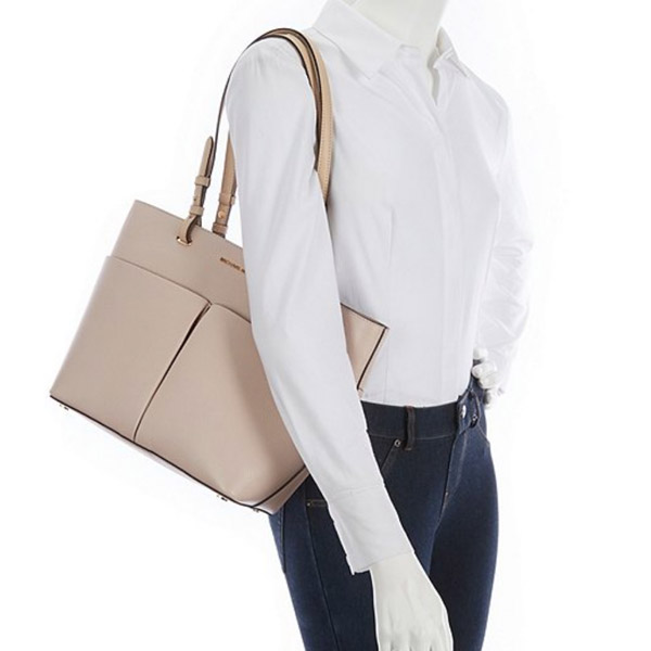 f9c0a9aa5e80 It is leather tote bag featuring the design which a lot of pockets hit. ◇MICHAEL  KORS ...