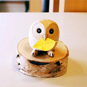 木彫り ふくろう ひとつひとつ丁寧に、手彫りで仕上げられた北国の動物たちですゆらりんこシリーズは、前後にゆらゆらと揺れるよう底を丸く削りだしています 木彫り ふくろう ゆらりんこ ふくろう 小 うぃるびぃ工房 北海道 旭川クラフト