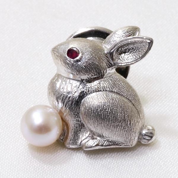 あこや真珠 ウサギ パールブローチ 瞳[ルビー] ホワイト系 5.5-6.0mm シルバー(silver) [ネコポス可][n4] (卯年)(入学式 卒業式 フォーマル ジャケット)