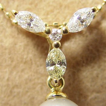 「アーモンド型ダイヤ3石のペンダントトップ金具(K18)」(真珠用)[n5]
