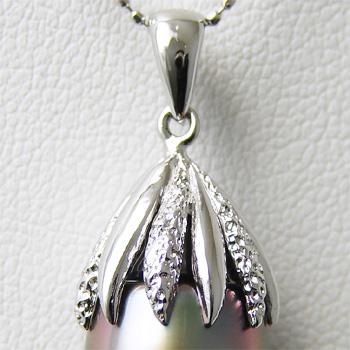 「真珠を包む葉っぱ型ペンダントトップ金具(K14WG)」(真珠用)[n5]