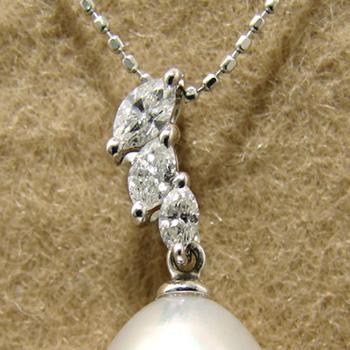 「マーキスカットダイヤが煌くペンダントトップ金具(K18WG)」(真珠用)[n5]