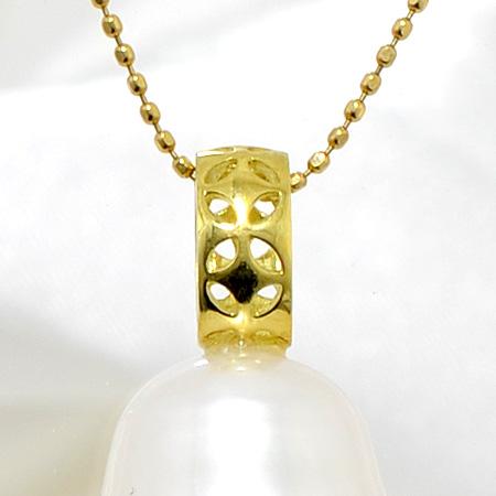 「お花モチーフの透かしが入ったペンダントトップ金具(K18)」(真珠用)[n6]