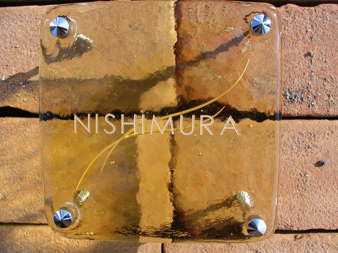 【送料無料】さりげない曲線の入ったデザイン琉球ガラスの表札 四角 両面彫り(曲線)