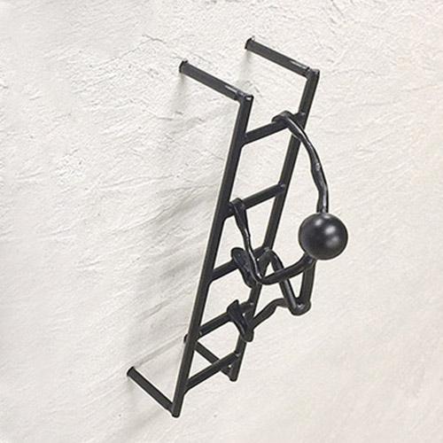 お庭探検隊【はしごを登る隊員】