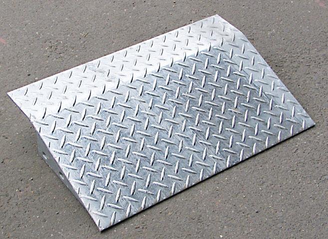 鉄製段差スロープ10-60段差:10cm用横幅:60cm重さ:13kg耐久性バツグン!亜鉛メッキ加工の錆びない鉄製段差スロープ段差10cm用