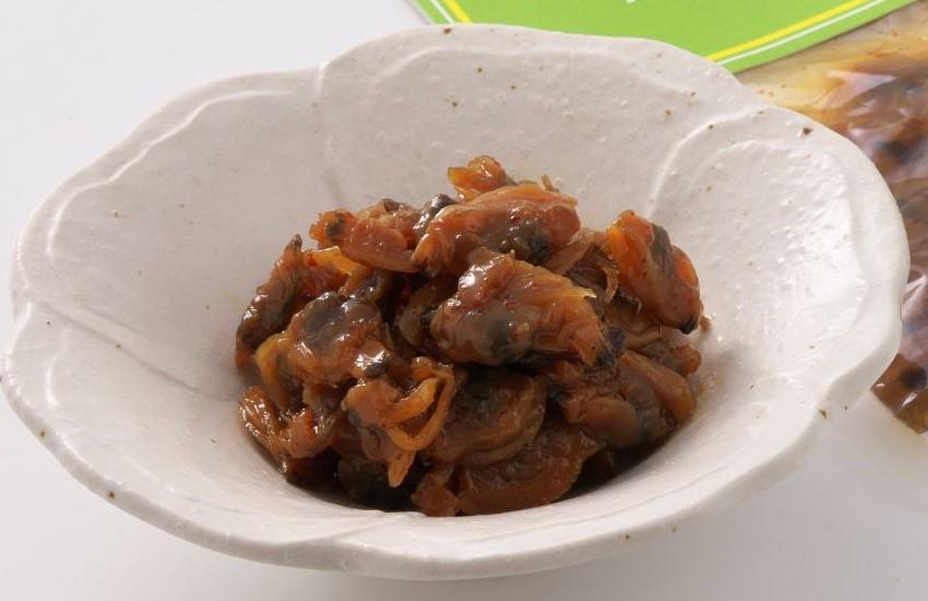 あさりを山政伝統の甘口のタレで柔らかく薄味で炊きあげ、仕上げに山椒を加えました。甘くてちょっぴり辛い甘辛い味が楽しめます。 山椒入りあさり旨煮100g