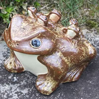 信楽焼 12号五匹子付き蛙 (むかえる) お庭に玄関先に陶器蛙 やきもの 陶器 しがらきやき 蛙 陶器かえる 信楽焼カエル ka-0022