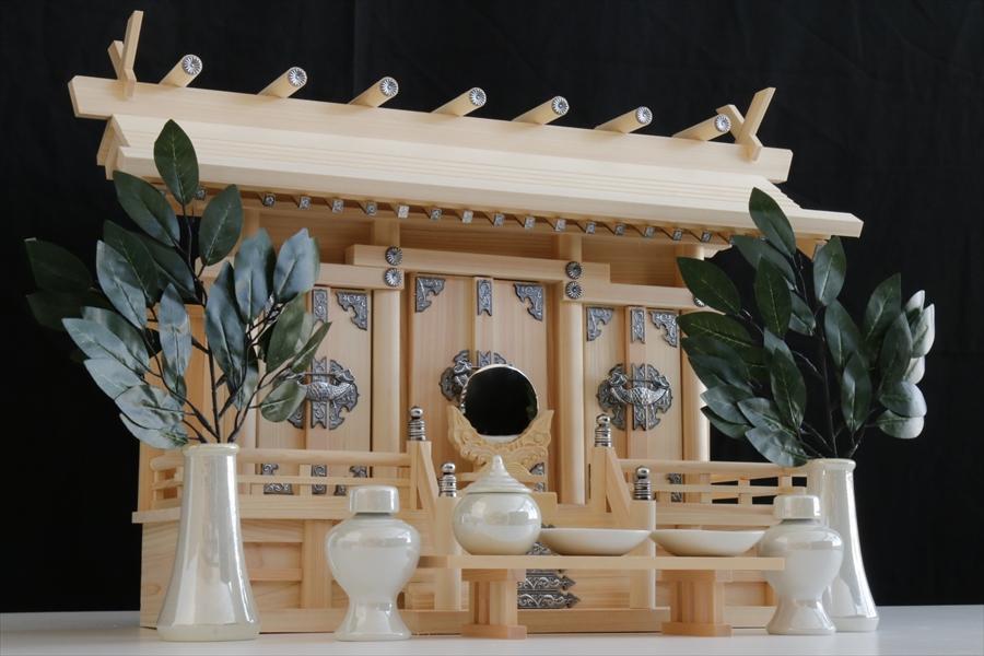 通し屋根三社 ■ いぶし銀の装飾 ■ 希少パール神具 神棚セット 美しい東濃桧 神棚 (お社本体)高さ44cm×幅60cm×奥行き24cm