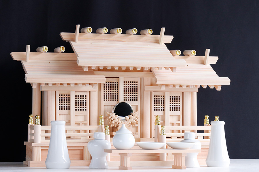 美しい、東濃ひのき ■ 屋根違い 三社丸柱に格子扉 赤御簾付き 中型 神棚セット ■ 神具セット