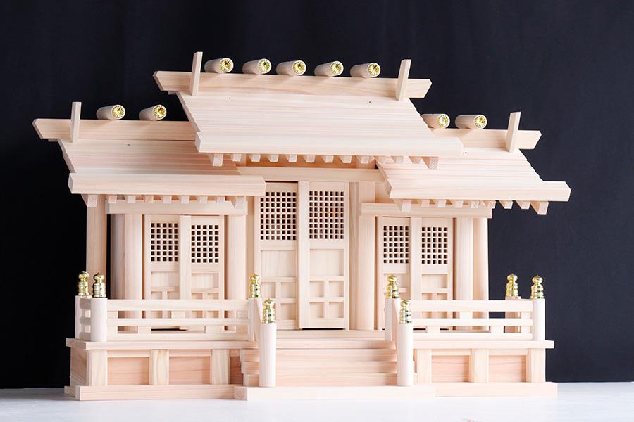 美しい、東濃ひのき ■ 屋根違い 三社丸柱に格子扉 赤御簾付き 中型 神棚