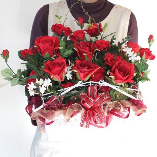 造花 N様ご注文の赤いバラと白いジャスミンの大きなバスケットに飾ったお誕生日のアレンジ シルクフラワー CT触媒
