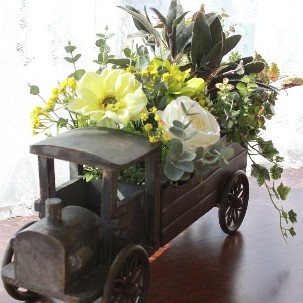 造花 アネモネやローズの機関車の花器に飾ったアレンジ造花 シルクフラワー 人口観葉植物 CT触媒